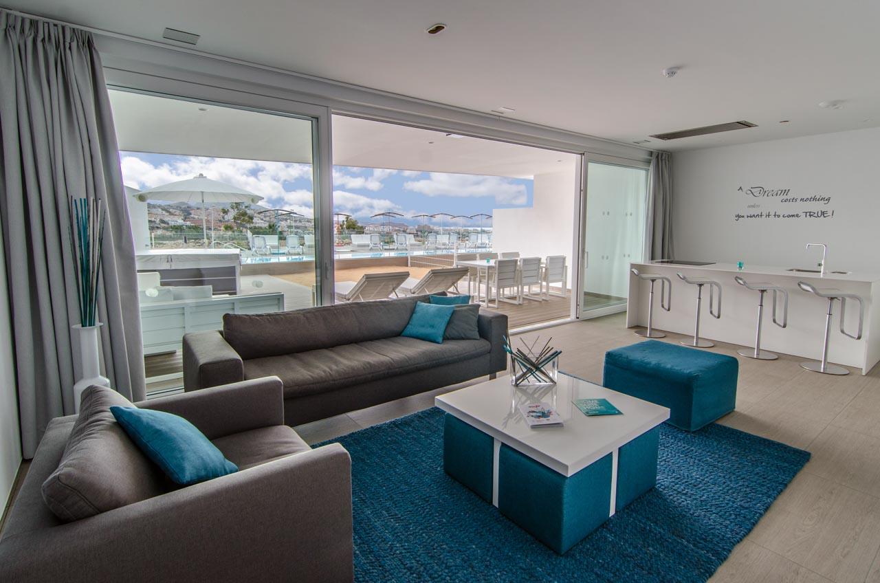 Sala de estar con enorme terraza y piscina en hotel de lujo en Tenerife