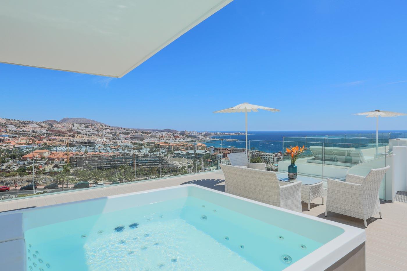 Jacuzzi con vistas al mar en hotel de lujo en Tenerife sur