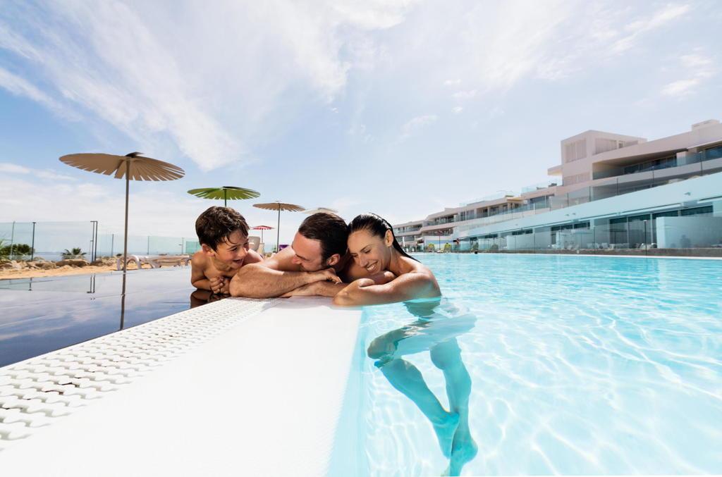 faimilia-piscina-hotel-baobab-costa-adeje-tenerife